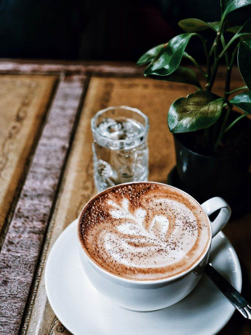 Kop koffie met glas water